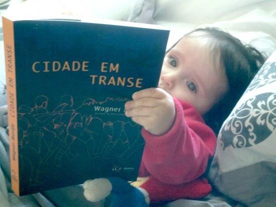 Dora lendo Cidade em transe_27062015